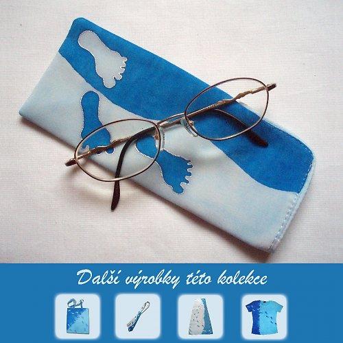 Hedvábné modré pouzdro na brýle se stopami