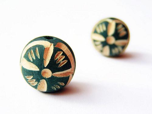 Tmavě zelená kulička s květem ((D40))