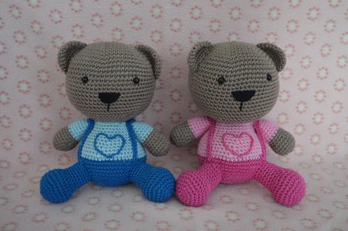 Háčkovaný medvídek v růžových, modrých kalhotách
