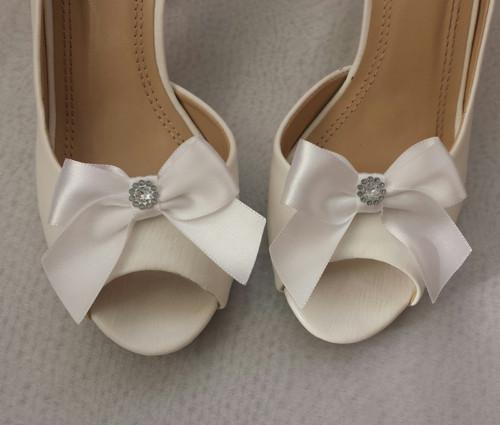 Klipy na boty s bílou mašličkou a brožičkou