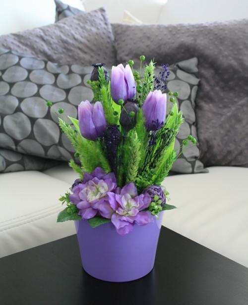 Keramika s tulipány a delphiniem ve fialové
