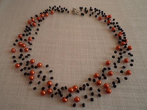 Oranžové perly s černým rokailem