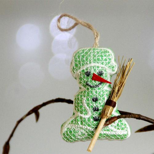 Vánoční ozdoba: zelený sněhulák s koštětem