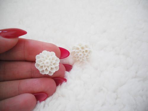 Plastové náušnice peckové - bílé