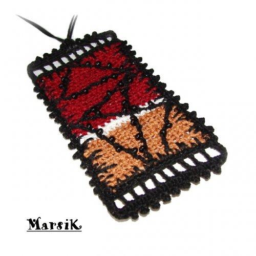 Višňovo-karamelový obdélník s perličkami