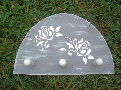 Věšák Plastické růže v šedé