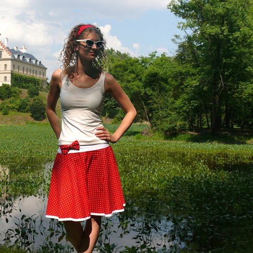 Červená puntíkovaná sukně