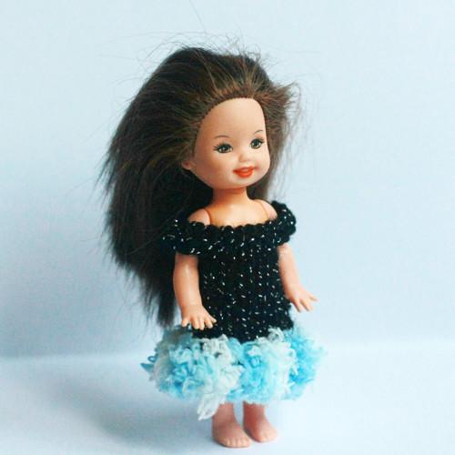 Černé šaty s bílo-modrým lemem pro Shelly