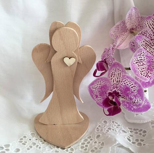 Dřevěný anděl přírodní srdce 15 cm