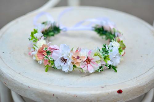 Něžný růžovo bílý přírodní věneček