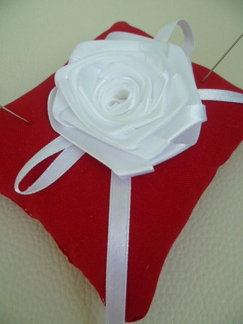 červenobílý polštářek pod prstýnky s růží
