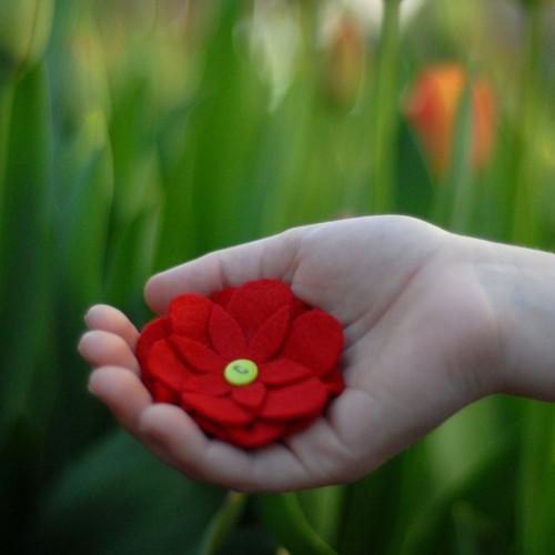 Brož květina červená