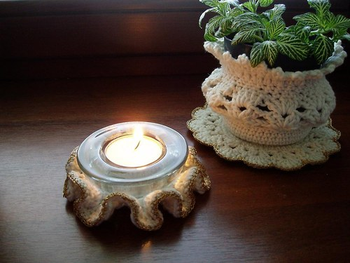 háčkovaný svícen bílo-zlatý