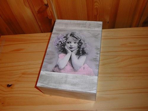 Krabička - kudrnatá holka