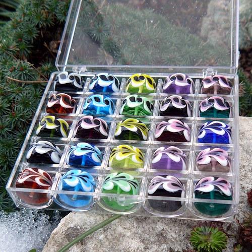 Set - 25 kusů autorských vinutých perel v krabičce