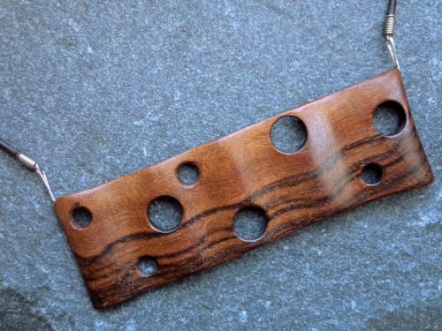 Dřevěný šperk - ořešákové dřevíčko