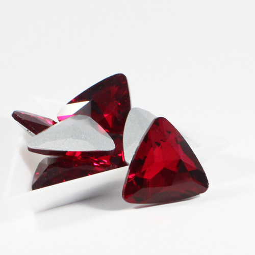 Kabošon ploškovaný triangl 23 mm červený 1 ks