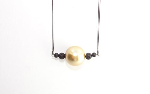 Náhrdelník - zlatá perla s lávou