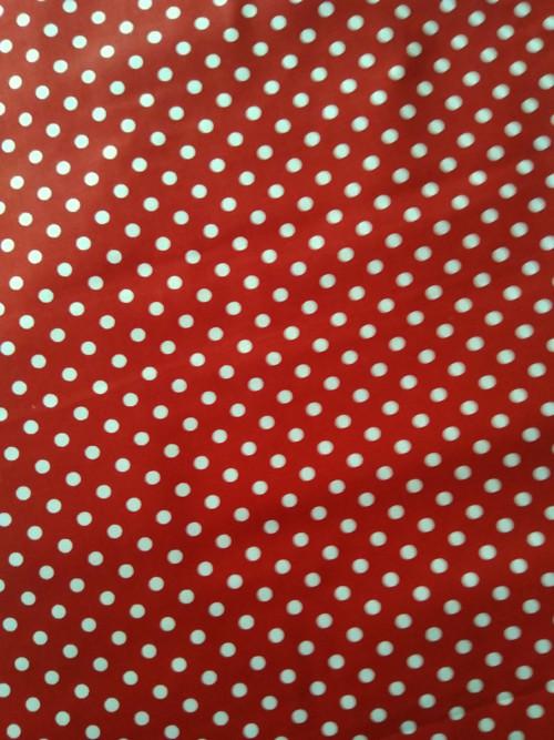 Bílý puntík 6 mm na červeném podkladu