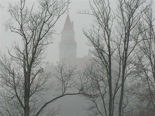 Hrad Bouzov v mlze