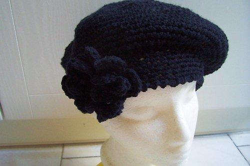 Černý baret s kytičkou
