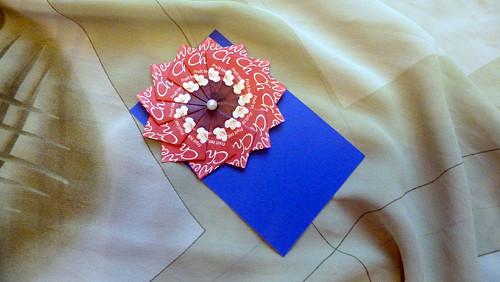 Modrá kartička s červenou čajovou kytičkou