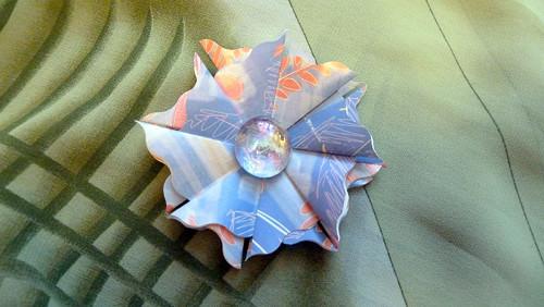 Modrá kytička se skleněným valounkem