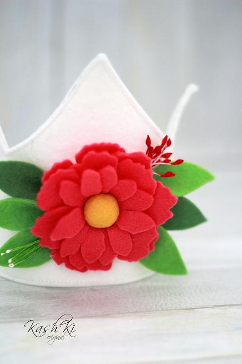 Korunka s růžovou kytkou