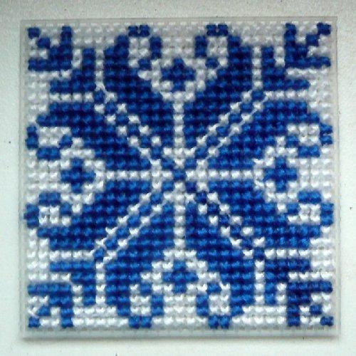 Vyšívaná magnetka - modrobílý ornament