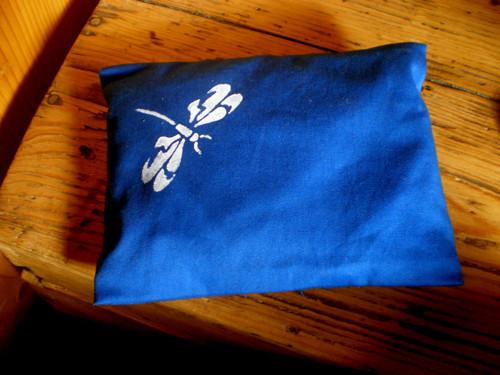 Nahřívací bylinkový polštářek s malovanou vážkou