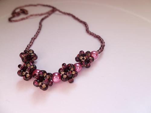 Fialový náhrdelník s perličkami a kuličkami