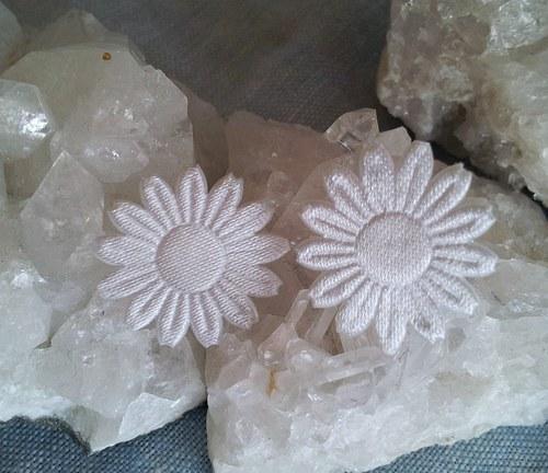 Saténová květinka do ouška - bílá