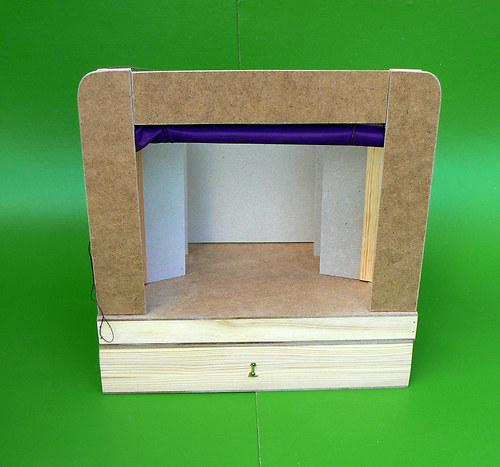 malé dřevěné nedokončené loutkové divadlo
