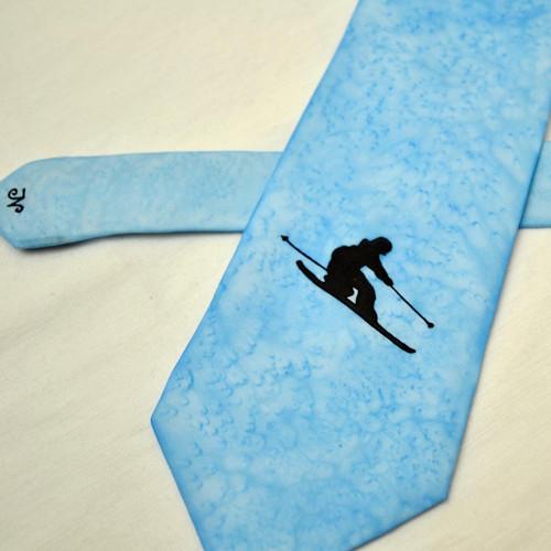 Modrá kravata s černým lyžařem