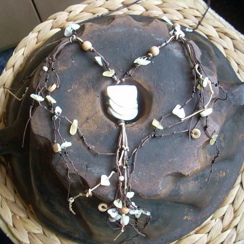 Náhrdelník z perleti, dřeva a kalcitu
