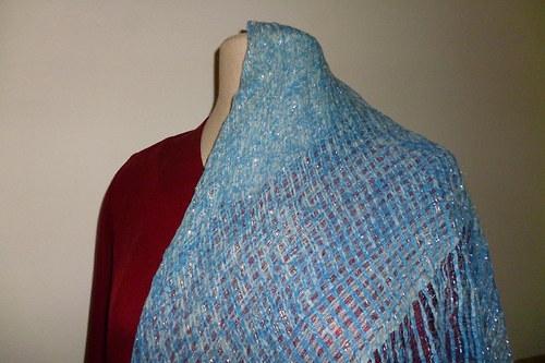 Jemný modrý šátek se stříbrnou nitkou