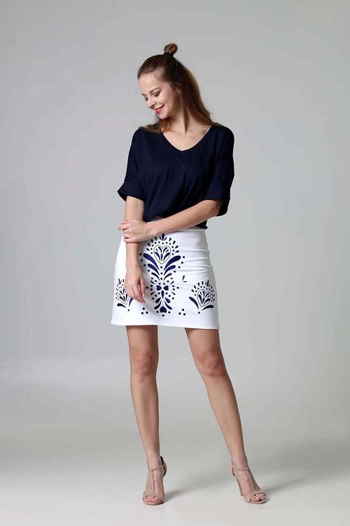 Mini sukňa vyšívaná biela