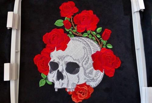 0919 - Lebka s růžemi