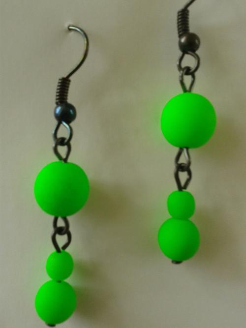 Zelené náušnice s UV efektem na černém řetízku