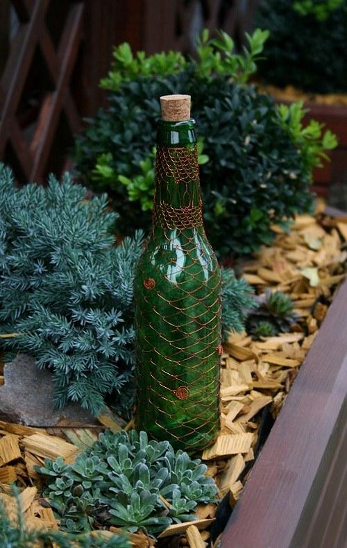 Dekorativní drátovaná zelená lahev