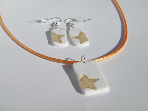 Zlaté hvězdy na bílém poli
