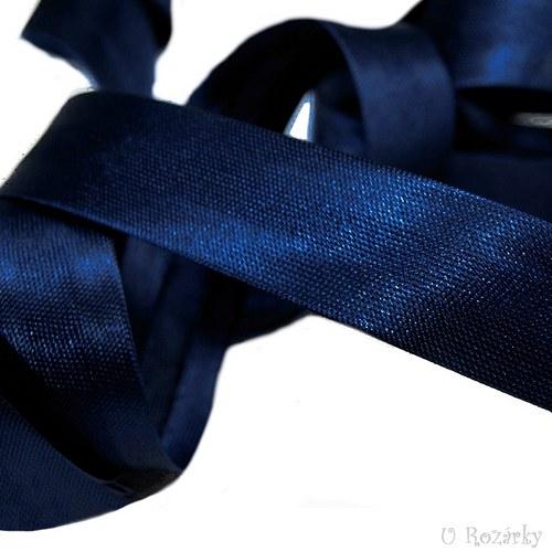 Šikmý proužek saténový - šíře 1,5 cm, tm.modrá