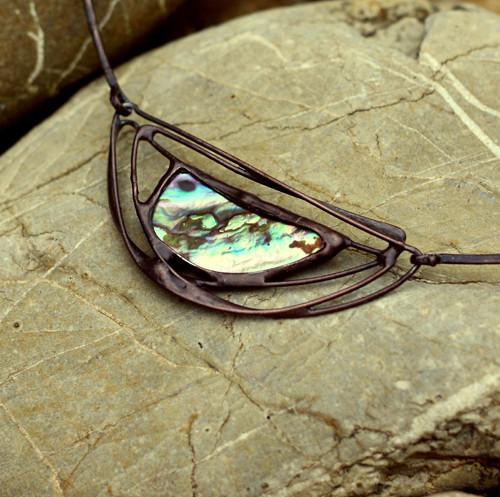 kovový šperk s perletí