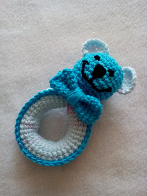 Háčkované chrastítko medvídek modry
