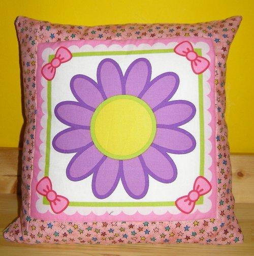 Růžový polštář s kytičkou