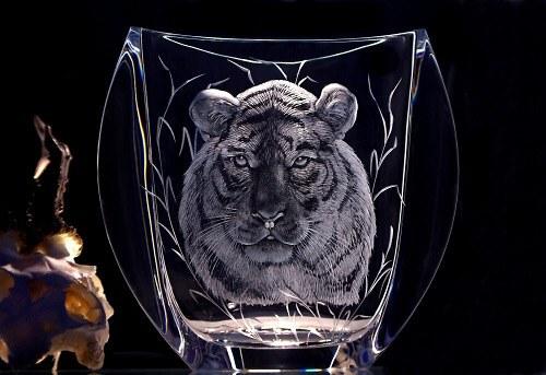 Ručně rytá váza s rytinou hlavy tygra