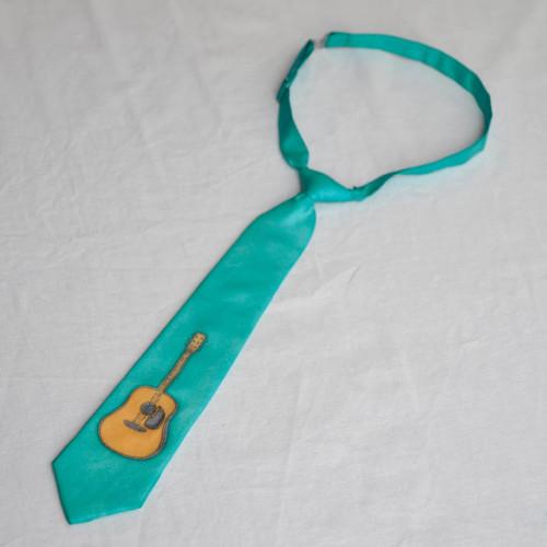 Dětská tyrkysová hedvábná kravata s kytarou