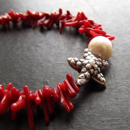 Náramek korál červený, stříbro a perla