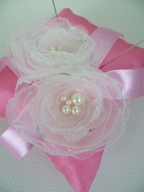 růžový polštářek pod prstýnky s růžemi
