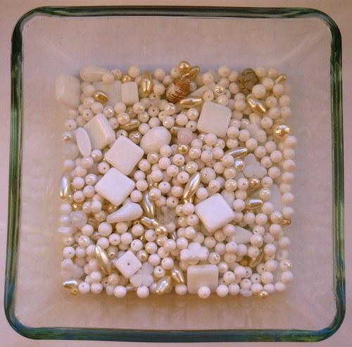 Směs skleněných korálků bílá s perletí, 50g